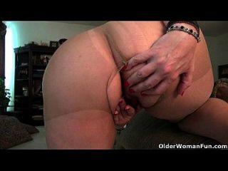 American Milf Lauren cuida da sua bichinha linda