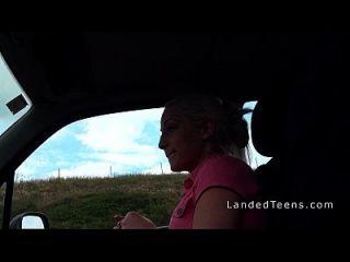adolescente foda em calcinha rosa no carro