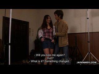 moça asiática recebendo gangues pelos gajos