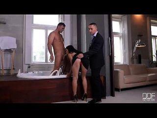 dois adolescentes nymphos de euro têm sexo grupal em jacuzzi de luxo