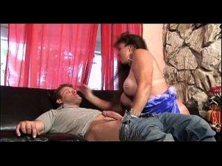 engasgar pênis é uma obrigação para esta vagabunda busty