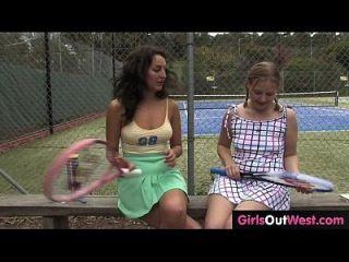 O sofredor de tênis feminino quente lambeu por seu aprendiz bonito de lésbicas