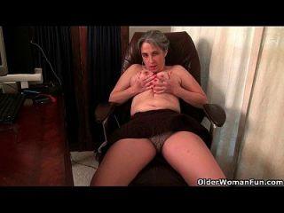 A velha secretária Kelli tira e aperta sua coxa peluda