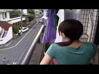 A esposa japonesa engana com o marido, não é um vídeo engraçado é uma mulher traiçoeira sexy