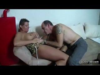 vovô alemão excitado seduz o legal age adolescente a foder com ele