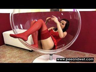 Babe quente em meias vermelhas mijas em uma tigela