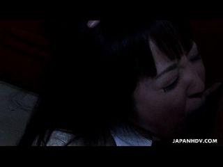 menina da escola asiática chupando o dong de gordura