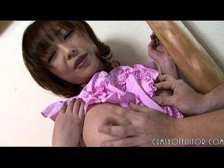 empregada japonesa submissa tomando uma carga gorda em seu rosto inocente