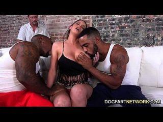 Brooklyn persegue dois caras pretos para agradar o marido