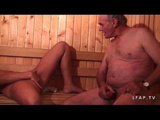 jeune beurette sodomisee dans un gangbang dans une sauna avec papy