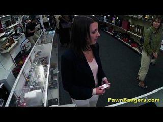 O dono da loja cheeky bate o bichano do cliente