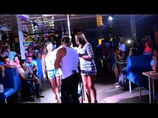 meninas excitadas dão dança de volta e pega gente galo