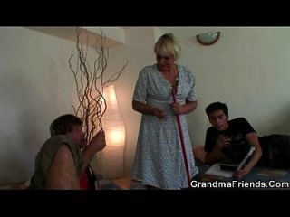 dois rapazes estrangulam mulher de limpeza muito velha