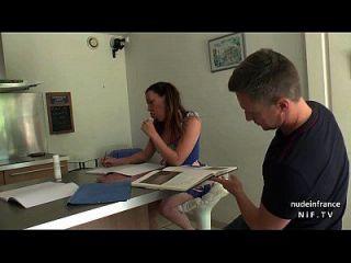 belo estudante amador francês em uniforme suga o galo da professora