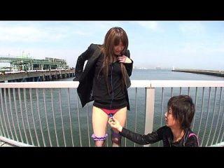 Descascamento japonês ao ar livre e brincadeiras vibratorias subtituladas