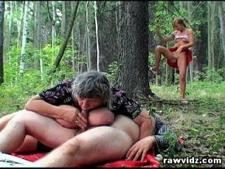 voyeur teen junta um casal de idosos na floresta para um trio
