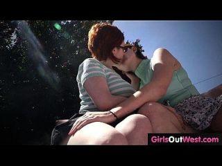 lésbicas lindas e peludas com coxas peludas se encontram e fodem