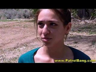 Slutty latina teen leva galo em sua buceta raspada apertada