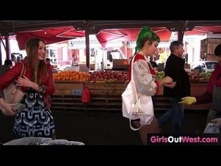 As meninas lésbicas peludas e raspadas se comportam mal em público