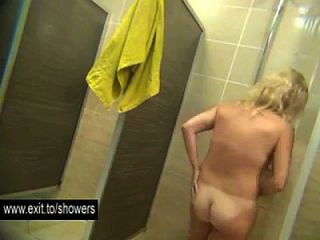 muitas garotas amadoras espiaram em um banheiro público