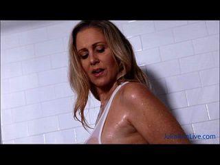 sexy milf julia ann lathers seus grandes tomates no chuveiro!