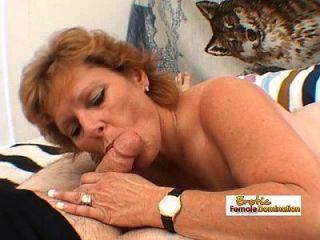 madura mulher trabalha um grande galo gordo e recebe uma corrida facial