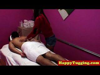 O massagista real japonês esfrega os clientes dick