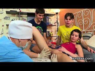 O médico auxilia no exame de hímio e no desfloramento da gatinha virgem