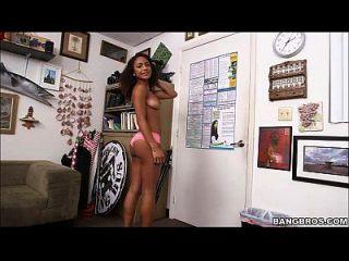 sexy black girl recebe uma gatinha e um galo