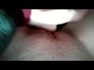 masturbando enquanto assiste pornografia lésbica