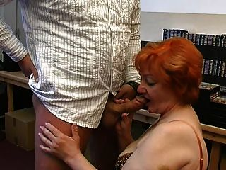 A avó dá um blowjob gomoso