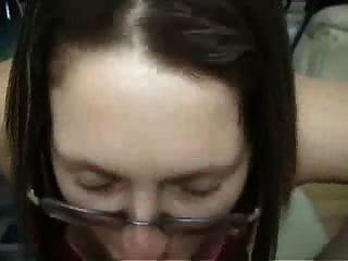 Namorada amadora morena com óculos dá blowjob e passeio
