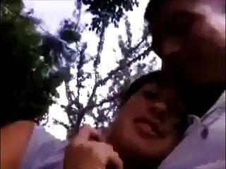 Namorada dá blowjob e engole no parque
