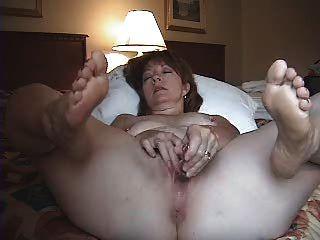 Esposa sozinha no quarto de hotel