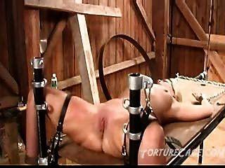 Extrema buceta chicoteando na mesa de tortura