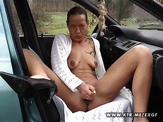 Ama de casa amador suga e fode em seu carro com corrida
