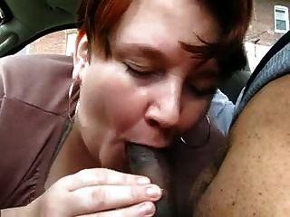Chubby madura dá blowjob jovem preto em carro