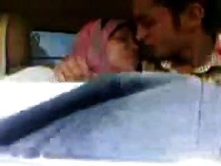 Garota árabe hijab chupou grandes mamas e beijou no carro