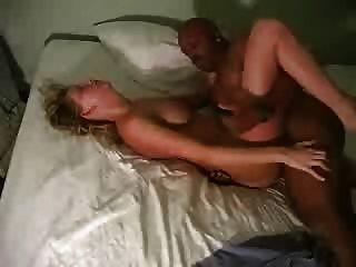 Um marido cuckold filma sua esposa loira com um bbc