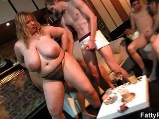 Gordo loira passeios e chupa galo na festa