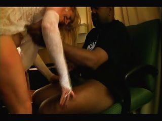 Loira branca noiva com amantes pretos homemade interracial cuckold