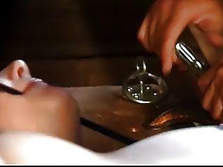 Bondaged submisso recebe uma buceta chicoteando