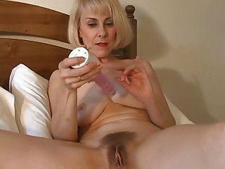 Doce mãe avelã pode brincar com seu bichano peludo