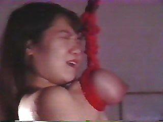Menina japonesa é brutalmente torturada e suspensa por seus seios