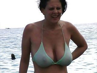 Hot milf em bikini na praia
