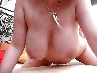 Garotas grandes usa seus peitos como uma buceta m27