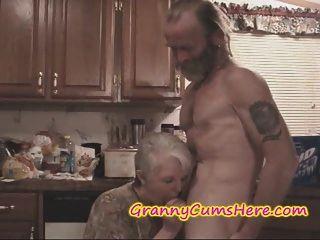 Ele fodeu sua própria sogra enquanto a esposa assistiu