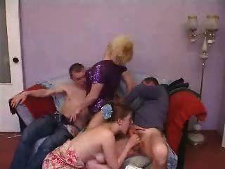 Maduro e jovem casal swinger grupo de sexo