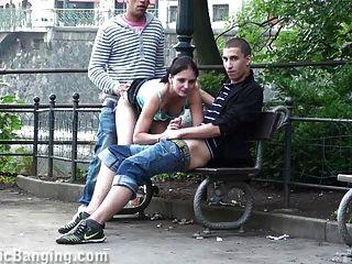 Público de sexo trio na rua.impressionante!