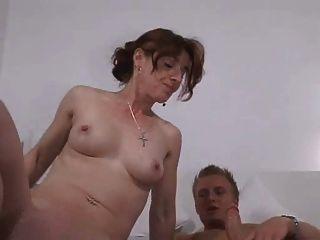 Menino alemão com mãe